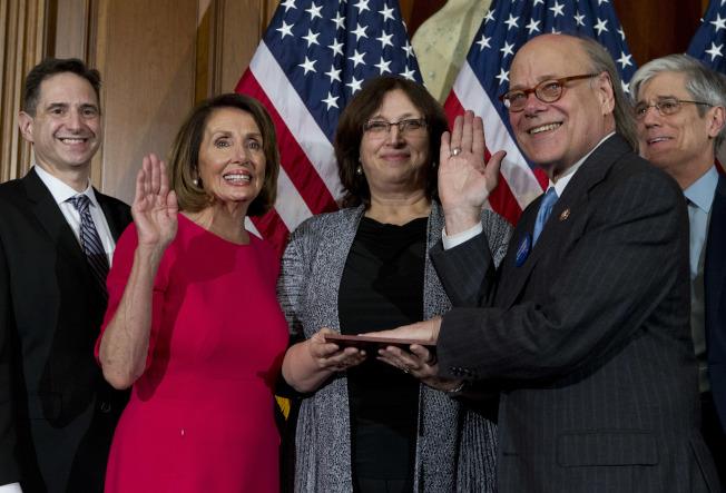 田納西州民主黨國會眾議員柯恩(前右)提案改革總統選舉,要廢除選舉人團。(美聯社)