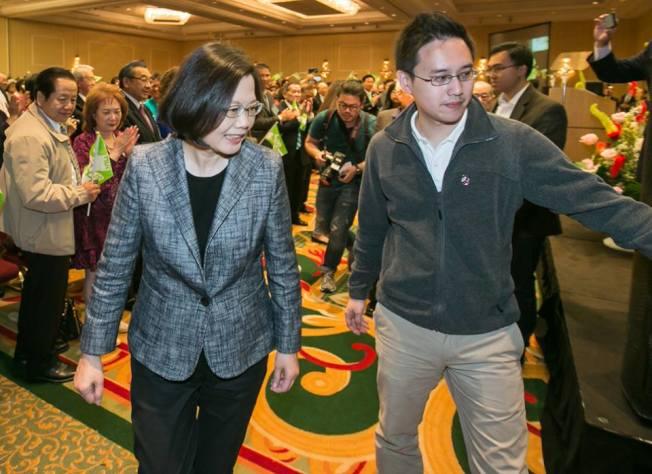曾被蔡英文總統(左)在臉書介紹的「口譯哥」趙怡翔(右),將任駐美代表處政治組組長,引發議論。(取材自臉書)