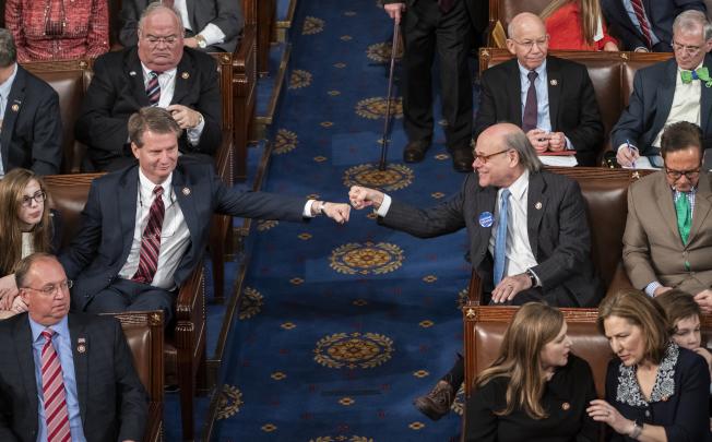 同是田納西州選出來的國會眾議員,共和黨籍的伯契特(左)和民主黨籍的柯恩在上任第一天就隔著走道舉拳互擊。(美聯社)