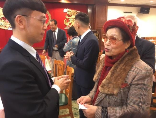 傳統僑社僑領熱情歡迎簡槙男(左)到任。(記者謝雨珊/攝影)
