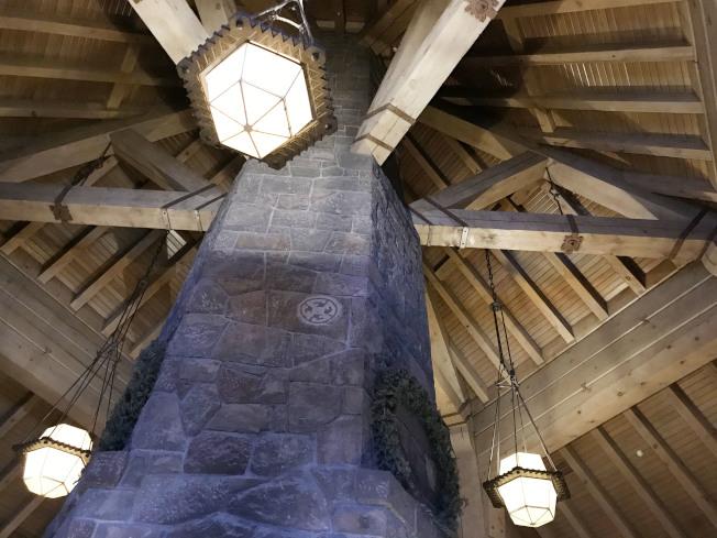大廳內四層樓高的壁爐。