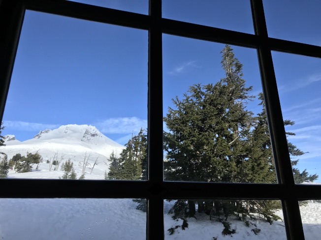 林界小屋的大片觀景玻璃窗。
