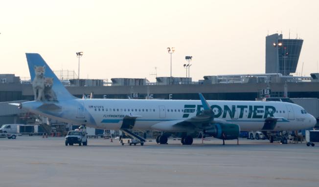 邊疆航空公司開始要求乘客在空服員送茶水點心時,打賞小費,以便增加空服人員的收入。圖為一架邊疆航空班機停靠在費城機場。(Getty Images)