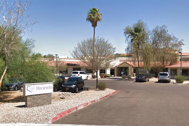 亞利桑納州哈仙達療養院一名維持植物人狀態14年的女病患去年底神秘產子,導致警方展開調查。圖為療養院外觀。(谷歌地圖)