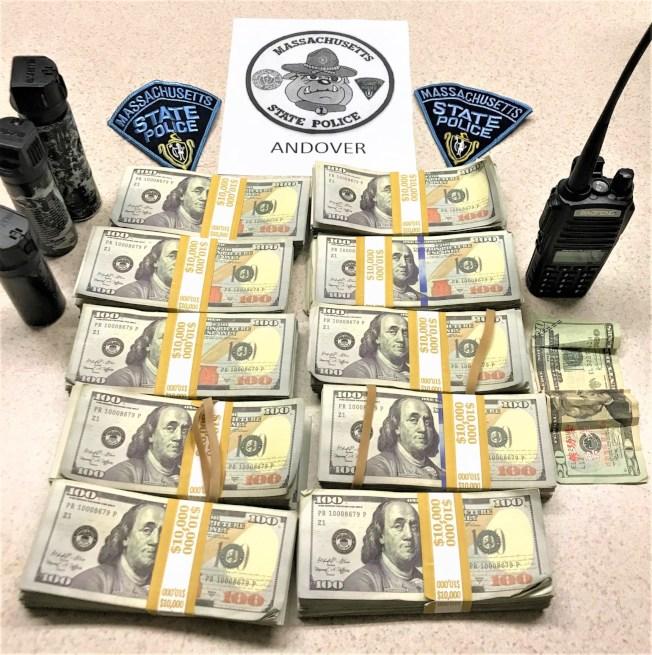 麻州州警日前攔下一輛閃著警燈的假警車,查獲大量「練功券」。 取材自推特