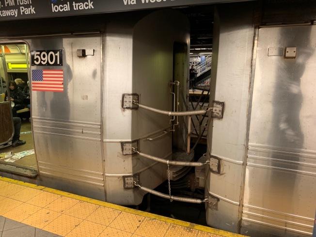 數據顯示,去年有七人因在地鐵車廂間行走身亡。(記者和釗宇/攝影)