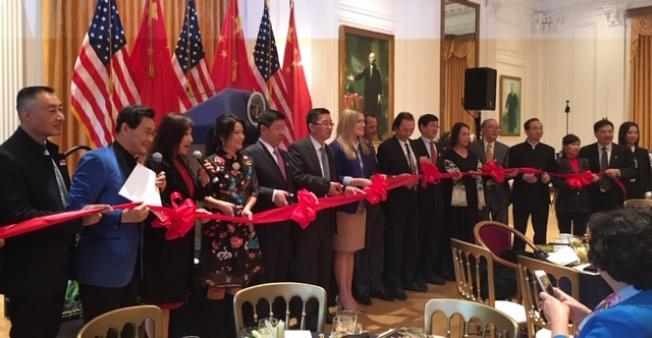 中國駐洛杉磯總領館副總領事代双明(左六)、約巴林達市長Tara Campbell(左七)、藝術大師丁紹光(右八)等為頒獎典禮剪綵。(記者楊青/攝影)