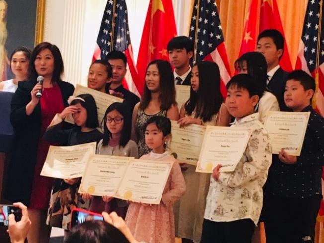 組委會主席李紅(左二)向獲勝選手們頒獎。(記者楊青/攝影)