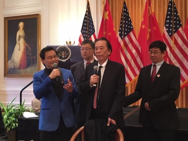藝術大師丁紹光(右二)鼓勵華裔青少年以想像力和感受力進行繪畫和藝術創作,不懼人工智能挑戰。(記者楊青/攝影)