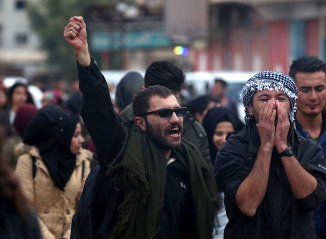 自從川普總統去年12月突然宣自敘利亞立即撤軍後,撤退至敘利亞東北部的敘國庫德族民眾,正面臨來自土耳其的種族清洗式的攻擊。圖為敘國庫德族在街頭抗議美國撤軍。(Getty Images)