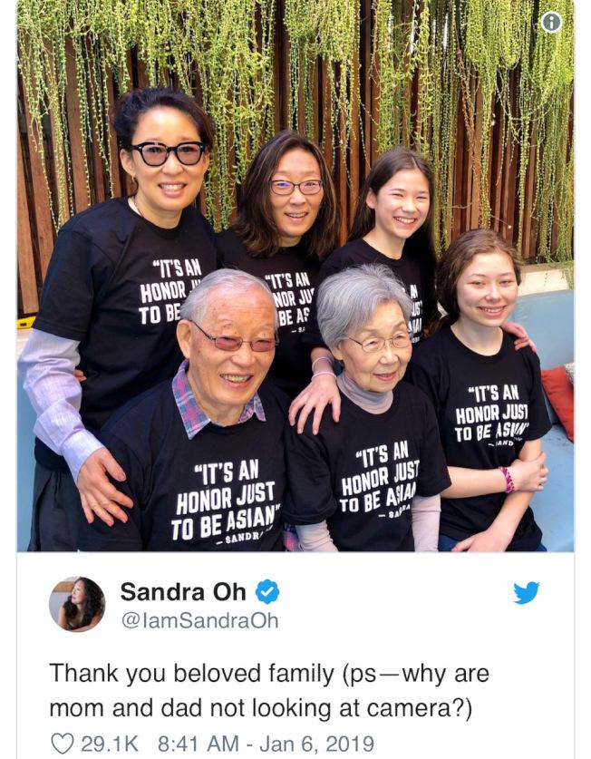 吳珊卓在參加金球前,特地與全家一起身穿寫了「身為亞裔很驕傲!」T恤拍了合照,慶祝亞裔演員逐漸在好萊塢受到重視。(圖片取自吳珊卓推特)