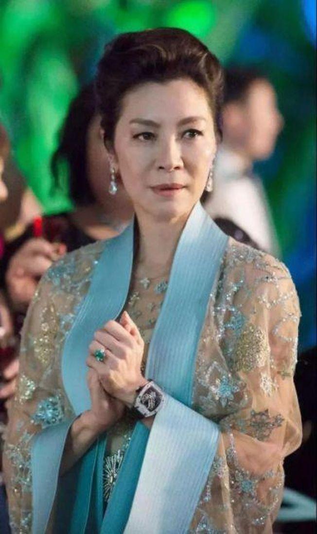楊紫瓊在「瘋狂亞洲富豪」電影中戴的「祖母綠寶石戒指」。(取材自微博)