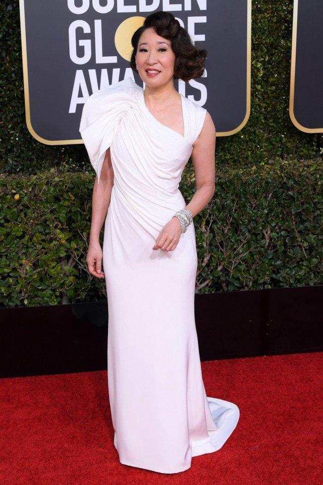 主持人吳珊卓的Versace白色訂製服,右肩的蓬袖也別具特色。圖/Versace提供