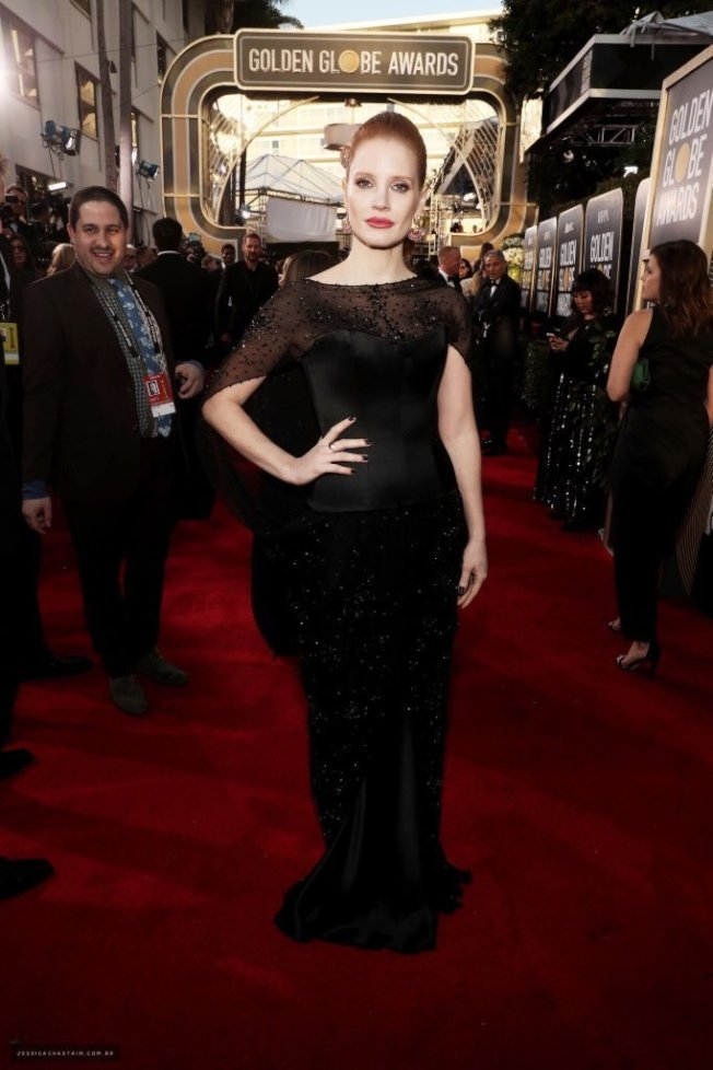 潔西卡崔絲坦以Burberry的黑色斗篷式薄紗禮服秀出神秘優雅。圖/摘自Twitter