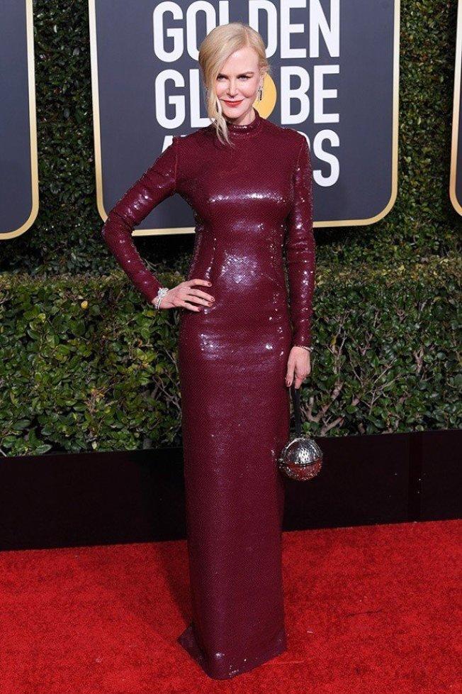 妮可基嫚以Michael Kors Collection訂製款酒紅色刺繡亮片禮服展現前衛摩登氣質。圖/Michael Kors提供