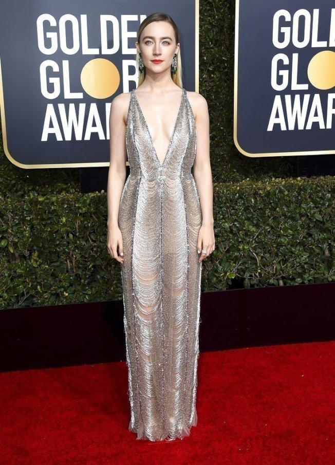 莎柔丝罗南选穿Gucci,亮片与金属流苏打造的深V礼服高雅细腻又充满魅惑气息。(美联社)