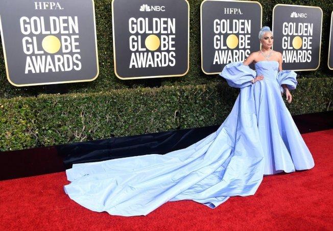 女神卡卡穿淡蓝色Valentino高级订制服,带点华丽的复古风,同时也是在向《一个巨星的诞生》1954年版本女主角茱蒂嘉兰的水蓝色礼服致敬。图/Valentino提供
