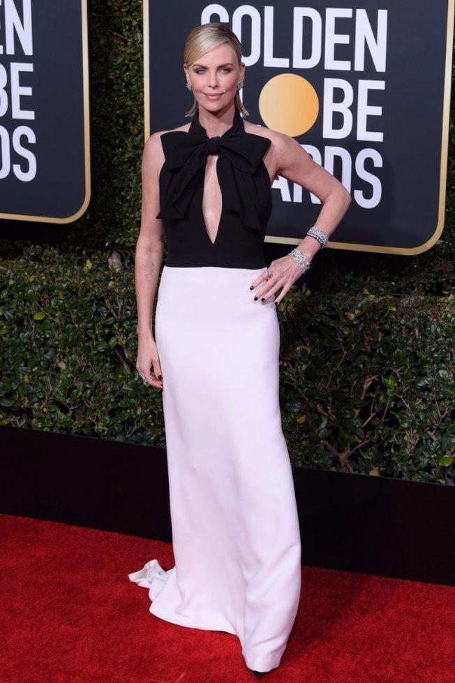 莎莉賽隆的Dior禮服領口配有大型蝴蝶結,胸前挖空的設計與合身的裙擺展現性感女人味。圖/摘自Twitter