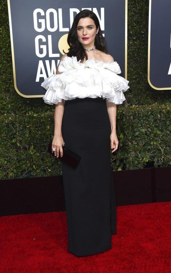 瑞秋懷茲以黑白配的造型現身,Celine禮服以立體皺褶堆疊出上身的分量感,搭配黑色窄裙平衡出簡約俐落。(美聯社)