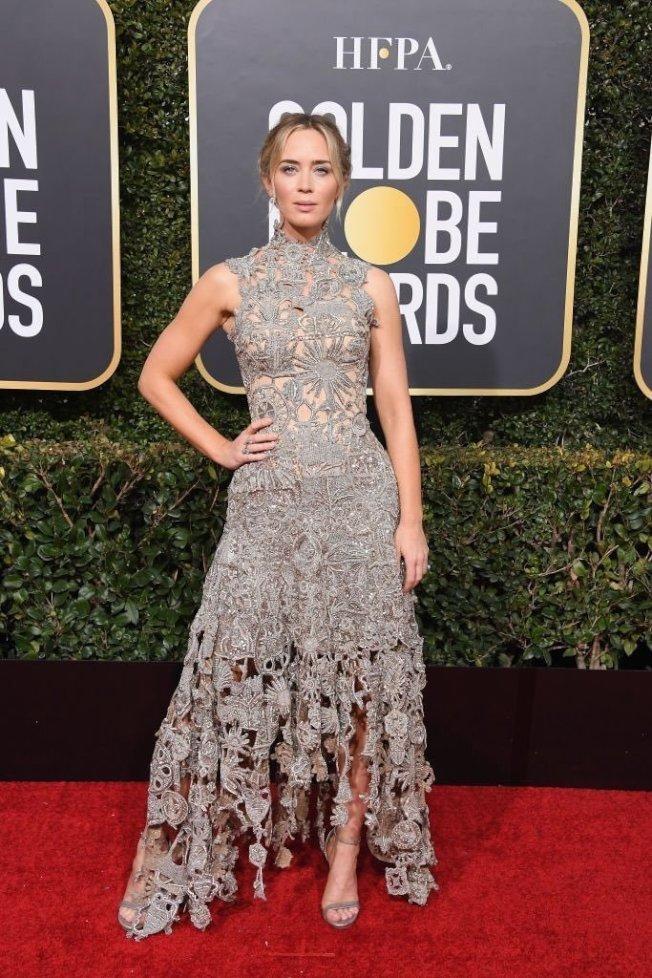 艾蜜莉布朗的Alexander McQueen造型,以灰色鏤空雕花小露性感,不規則的裙擺和高領細節超有個性。圖/摘自Twitter