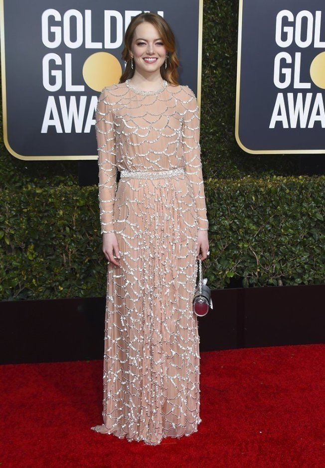 艾玛史东以Louis Vuitton长袖薄纱礼服现身,满版的波浪亮片装饰华丽又典雅。(美联社)