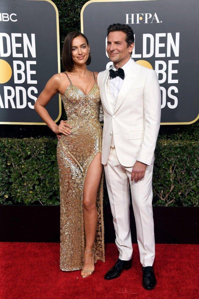 名模伊莲娜沙穿著Atelier Versace高级订制服出席第76届金球奖红毯。图/Versace提供