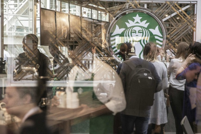 星巴克從一家賣咖啡豆的小店成長至全球800億元營收的連鎖帝國,逐步陷入成長困境。(Getty Images)