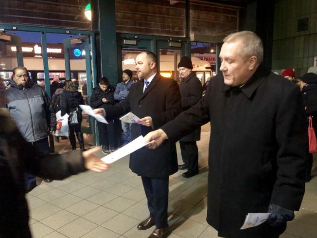 張晟(右二)和卓姆(右一)在「傑克森高地-羅斯福大道/74街」地鐵站發放問卷調查宣傳單。(記者朱蕾/攝影)