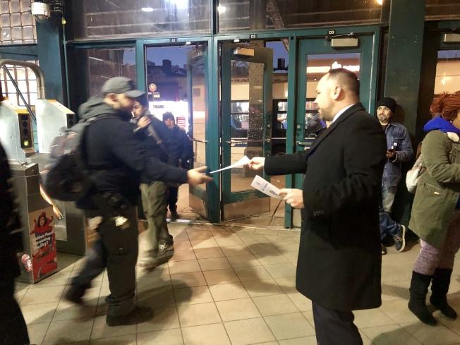 張晟在「傑克森高地-羅斯福大道/74街」地鐵站發放問卷調查宣傳單。(記者朱蕾/攝影)