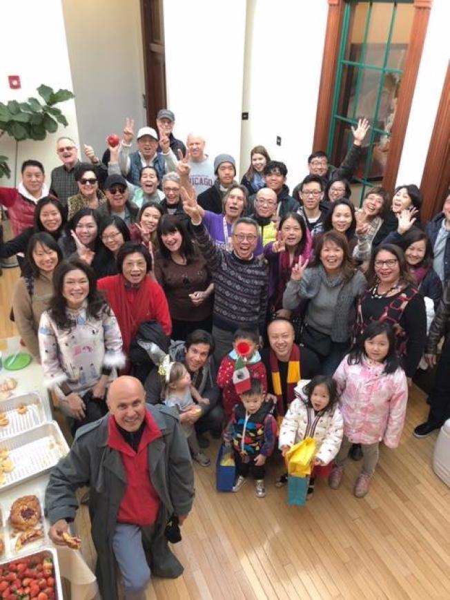 前洛杉磯縣警察局長李貝卡(左前)應邀與華人朋友一起,前往巴沙迪那觀看玫瑰花車新年遊行。(林恩成提供)