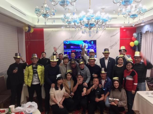 前洛縣警察局長李貝卡(後右三)和太太成明萃(前排右一)應邀與華人朋友一起跨年。(林恩成提供)