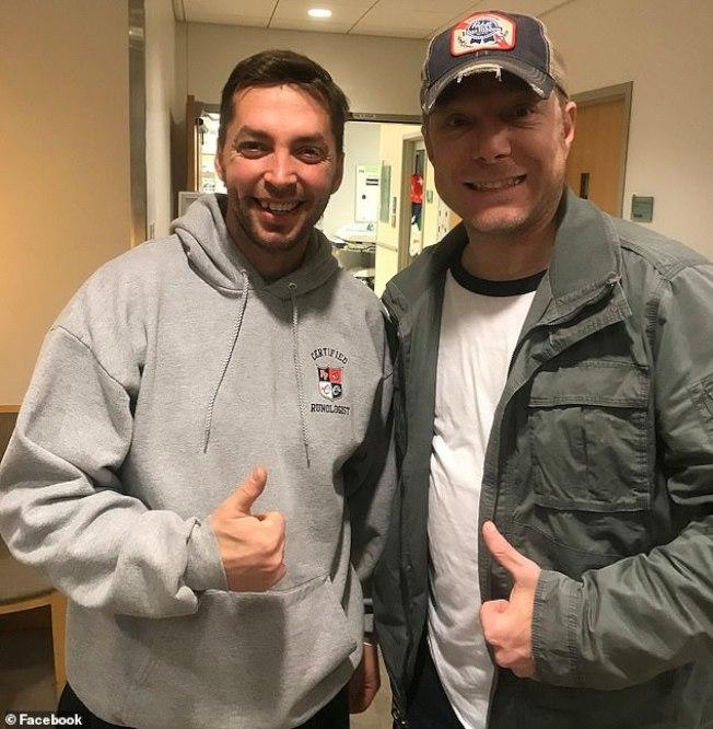 贾斯汀‧麦克尼尔(左)捐肾给维拉诺。(取自脸书)