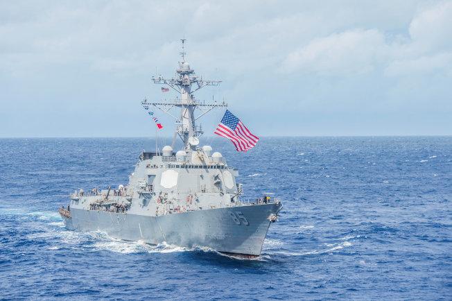 美中正進行新一輪經貿談判之際,美驅逐艦「麥康貝爾號」駛入西沙海域,執行「自由航行」任務。圖為「麥康貝爾號」2016年9月在菲律賓外海操練。(路透)