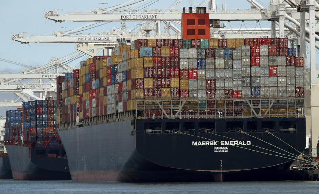 一般認為在這輪談判中,中方可能讓步,增加對美進口採購。圖為來自中國的貨櫃輪去年7月停靠在加州奧克蘭港。(美聯社)