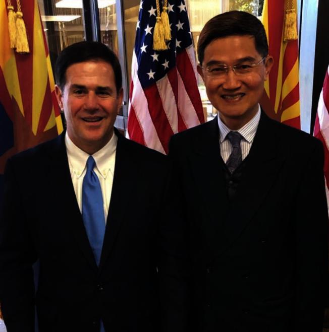 駐洛杉磯台北經濟文化辦事處處長朱文祥(右)與亞利桑納州州長杜西 (Doug Ducey) 合影。(駐洛台北經文處提供)