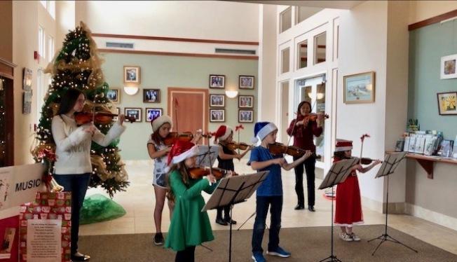 熊怡之小提琴師生在尤卡帕市政府演出。(熊怡之提供)