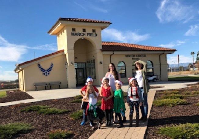 熊怡之(後右一)帶領學生去March空軍基地慰問演出。(熊怡之提供)