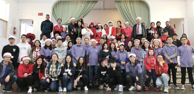 內陸華美協會、美國華人全國委員會南加州分會,日前共同舉辦兩場為無家可歸者捐助及提供食品慈善愛心活動。圖為參加慈善愛心活動者合影。(周克蕙提供)