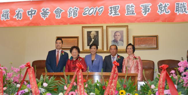 聯邦眾議員趙美心(中)與中華會館四大首長合影。(記者啟鉻╱攝影)