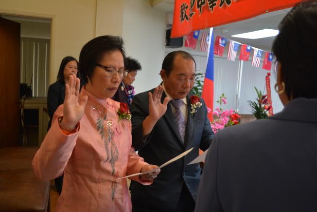 中華會館主席梁永泰、副主席廖美華宣誓就職。(記者啟鉻╱攝影)