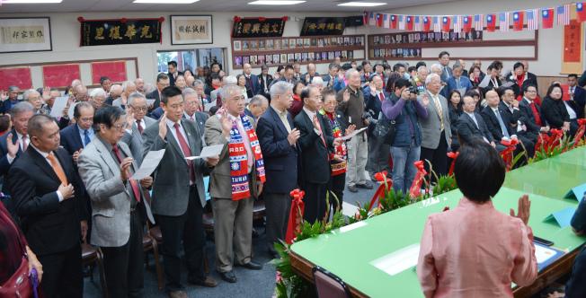 羅省中華會館日前舉行2019新任四大首長及理監事就職儀式。圖為理監事宣誓就職。(記者啟鉻╱攝影)