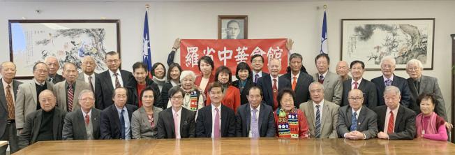 羅省中華會館四大首長及屬下27個僑團代表30多人,日前拜會駐洛杉磯台北經濟文化辦事處,表達對中華民國的支持。(記者高梓原╱攝影)