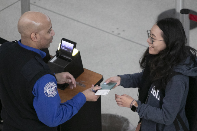 TSA在機場工作人員無薪工作,士氣低落。圖為紐約甘迺迪機場7日的安檢工作。(美聯社)