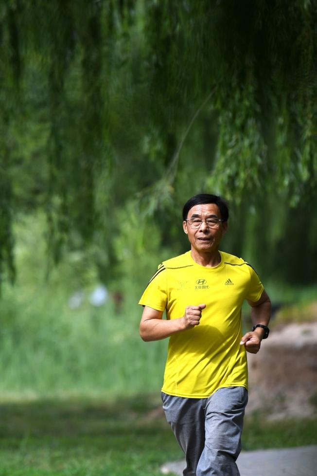 路跑盛行,跑友常見的疼痛症狀是膝關節外側疼痛,也稱作「髂脛束摩擦症候群」。(新華社)