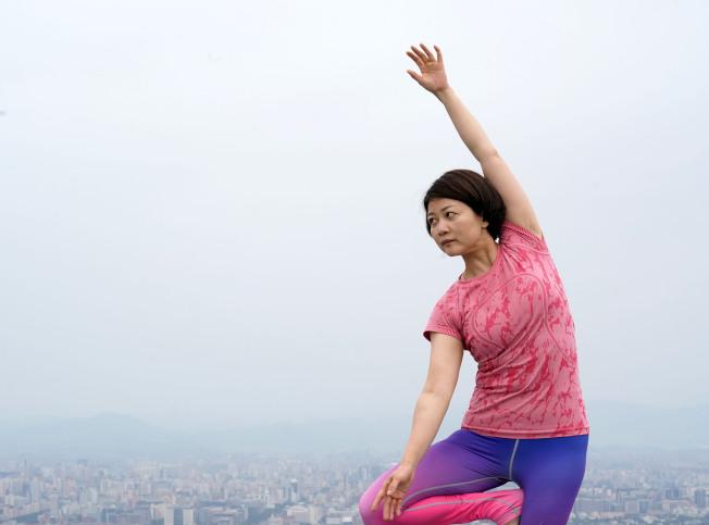 醫師提醒民眾,本身要瑜伽為腹部壓力大,負壓使力造成脊椎神經周邊血管破裂導致血塊壓迫脊椎神經。(新華社)