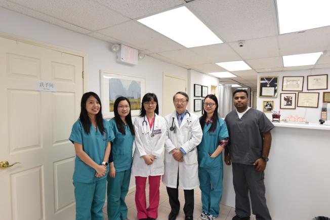 韓醫生(右三)及診所同仁竭力為僑胞健康把關。