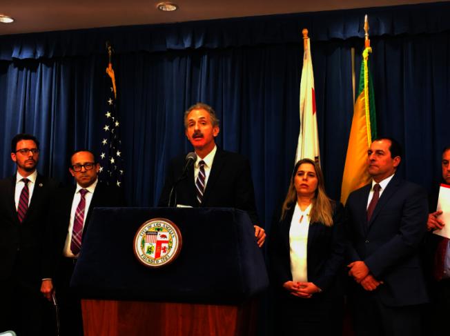 富尔(Mike Feuer)宣布起诉三明无良律师和法律咨询人员。(记者张越/摄影)