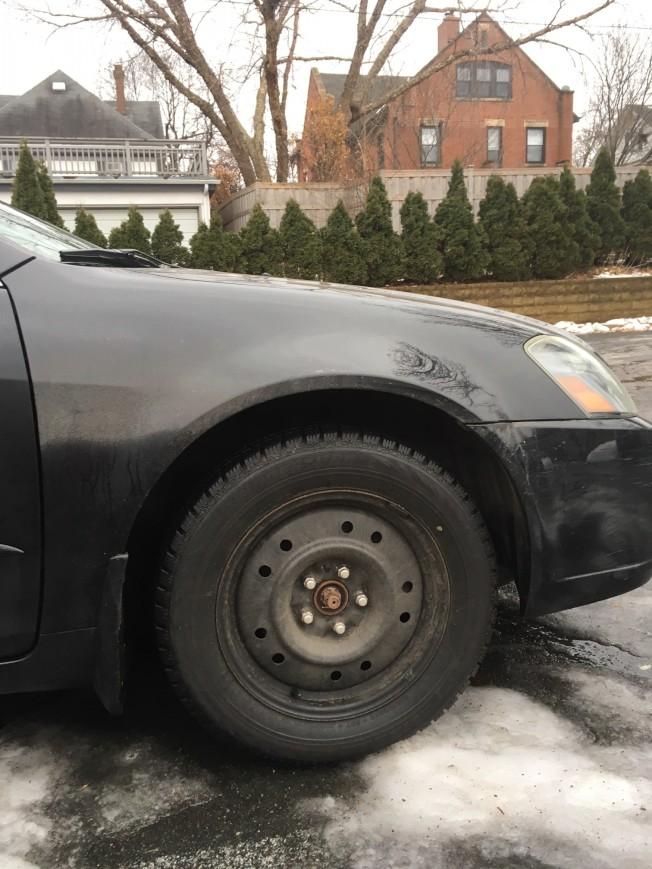 明州冬季漫長,為了安全起見,許多民眾都在冬季時將車子輪胎換成紋路深、磨擦力較強的雪胎。(記者陳曼玲/攝影)