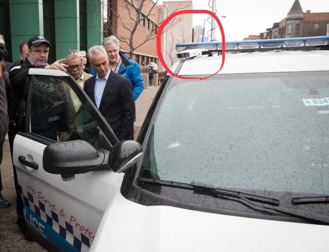 芝加哥市長伊曼紐(前右)表示,為有效減少劫車案,將在200部警車上加裝「車牌掃描攝影機」(紅圈處)。(伊曼紐推特截圖)