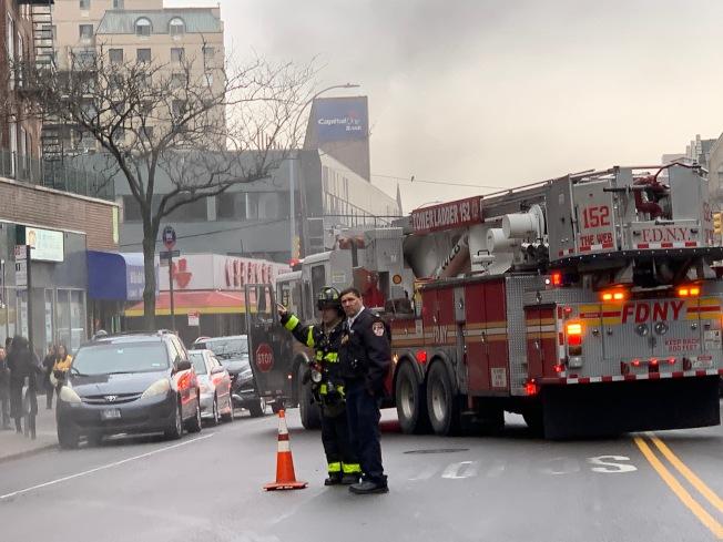 大批员警、消防人员赶至现场调查èµ・ç«åŽŸå› ã€' (记者赖蕙榆/摄影)